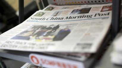 Copies of the South China Morning Post (SCMP) newspaper are seen on a newspaper stand in Hong Kong, China November 26, 2015. Chinese e-commerce titan Alibaba Group Holding Ltd has approached the publisher of Hong Kong's South China Morning Post newspaper to discuss buying its media assets, a source familiar with the matter said on Thursday. REUTERS/Tyrone Siu
