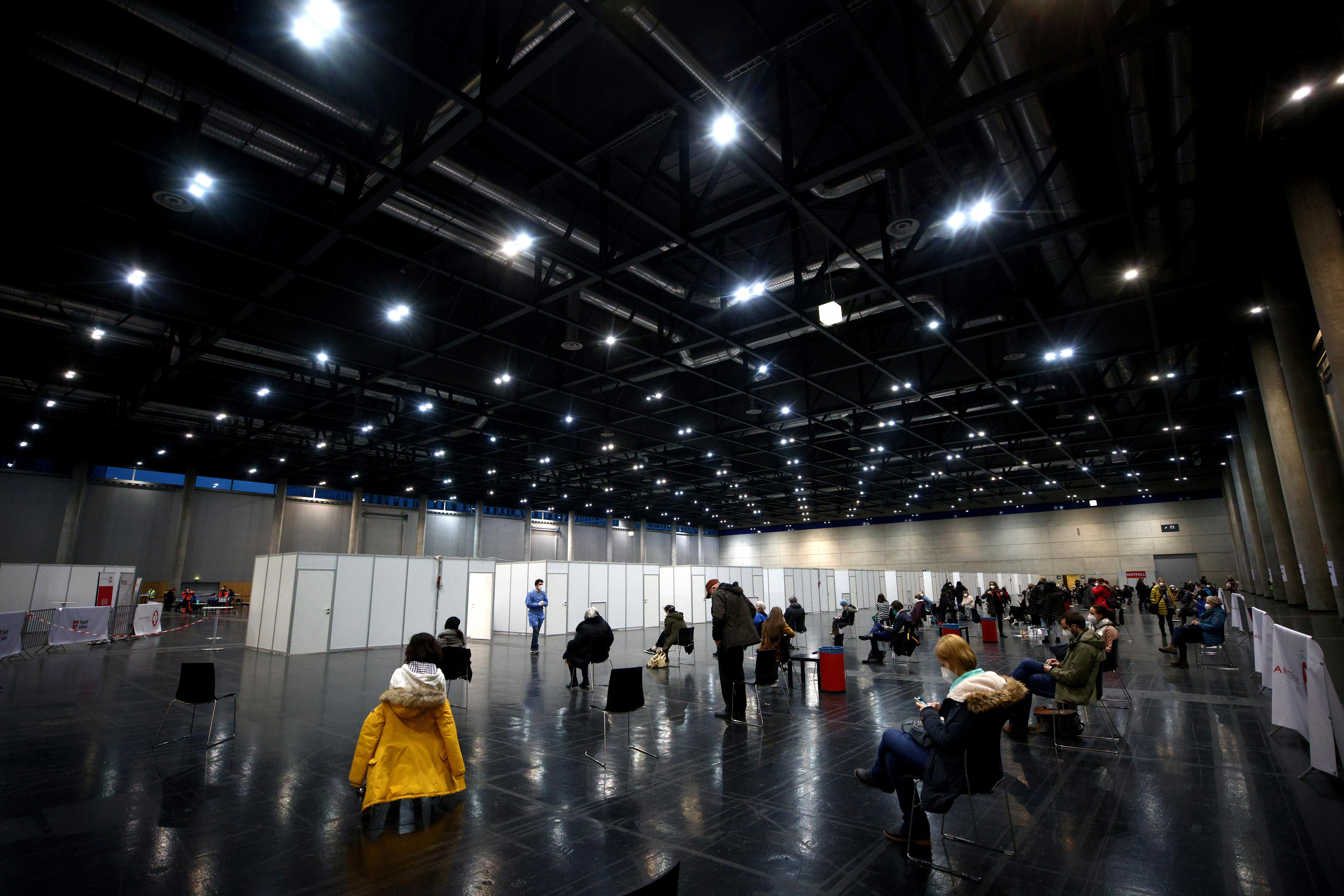 Pessoas esperando no centro de congressos Messe Wien, Viena, Áustria