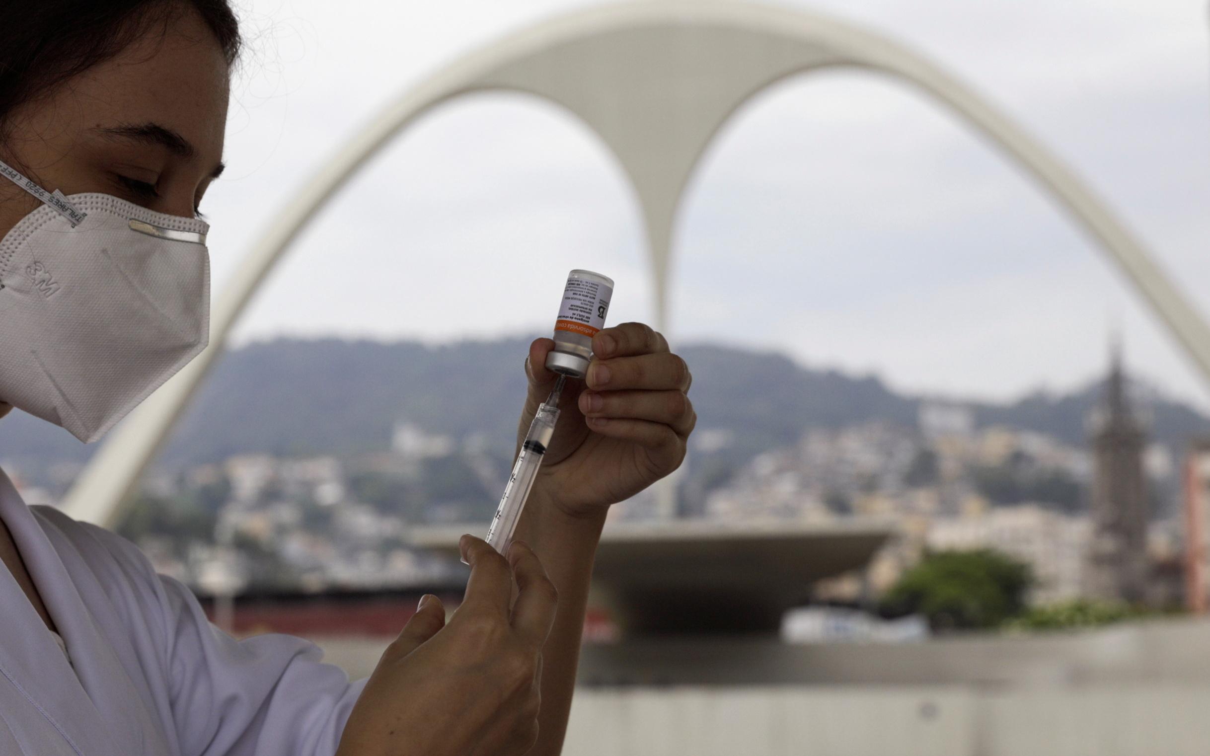 O Sambódromo no centro do Carnaval de cada ano foi transformado em um local de vacinação no Rio de Janeiro, Brasil.