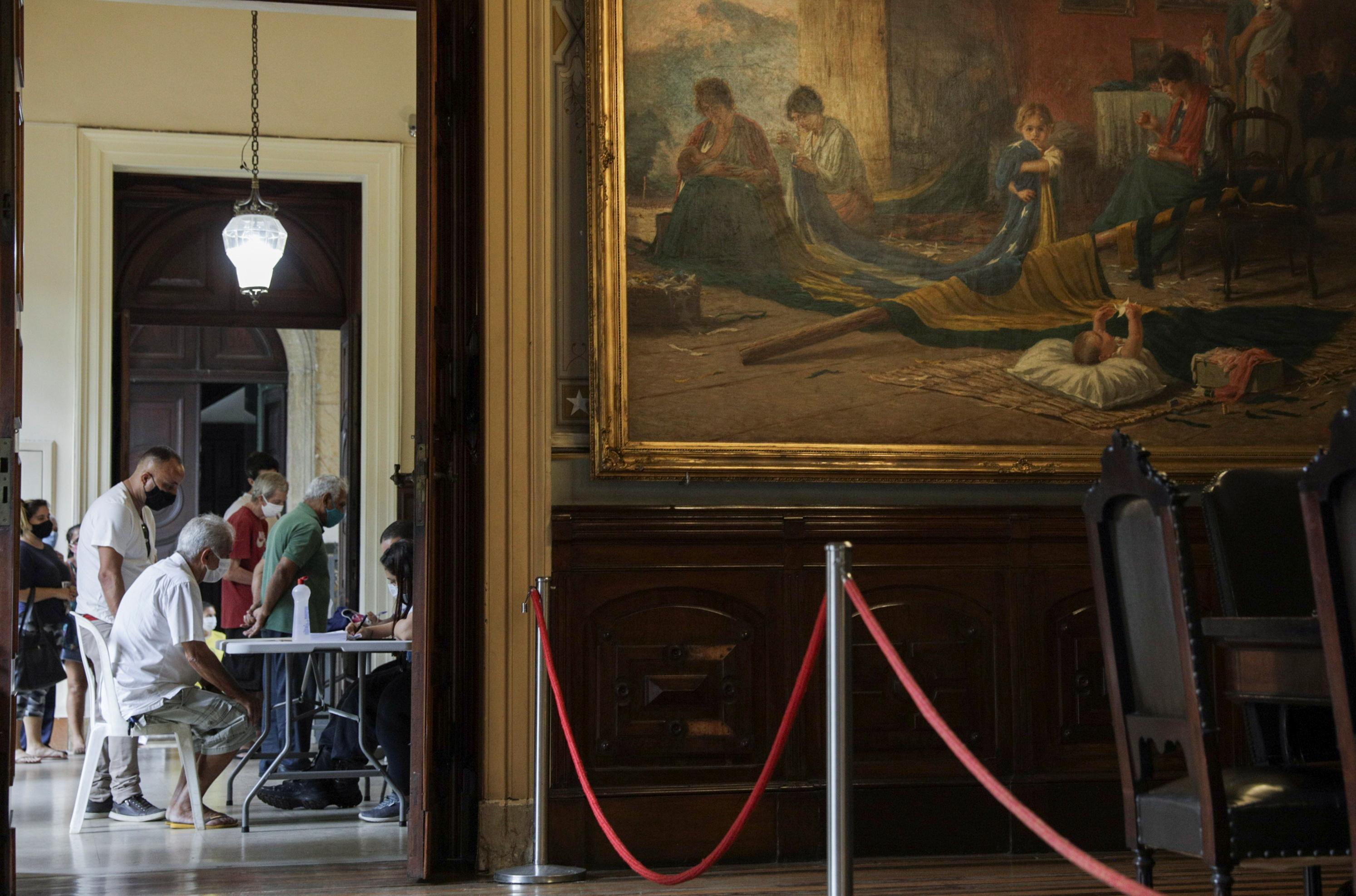 Idosos esperando para serem vacinados no Museu da República, no Palácio do Catete, Rio de Janeiro