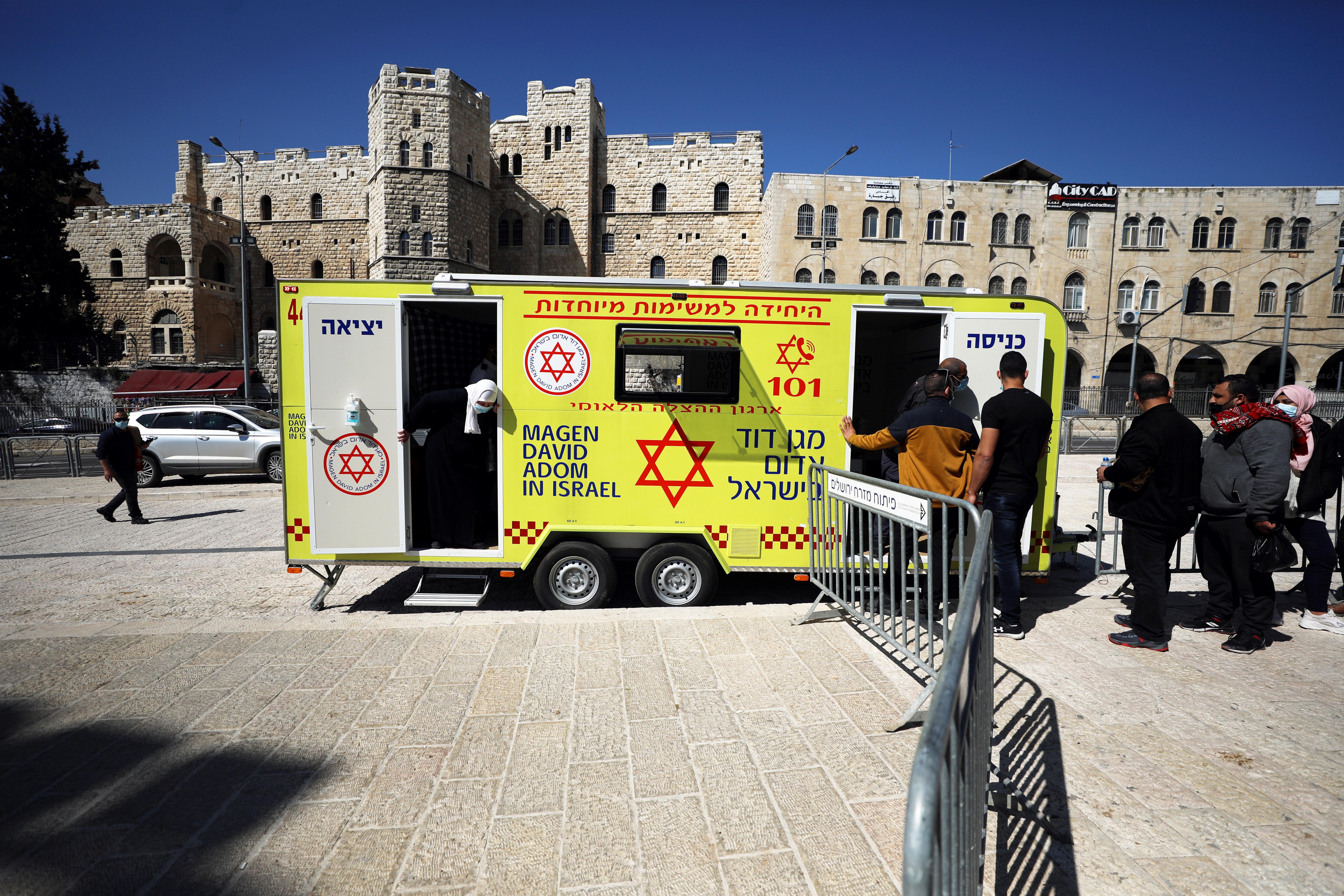 Um centro móvel de vacinação em Jerusalém, Israel