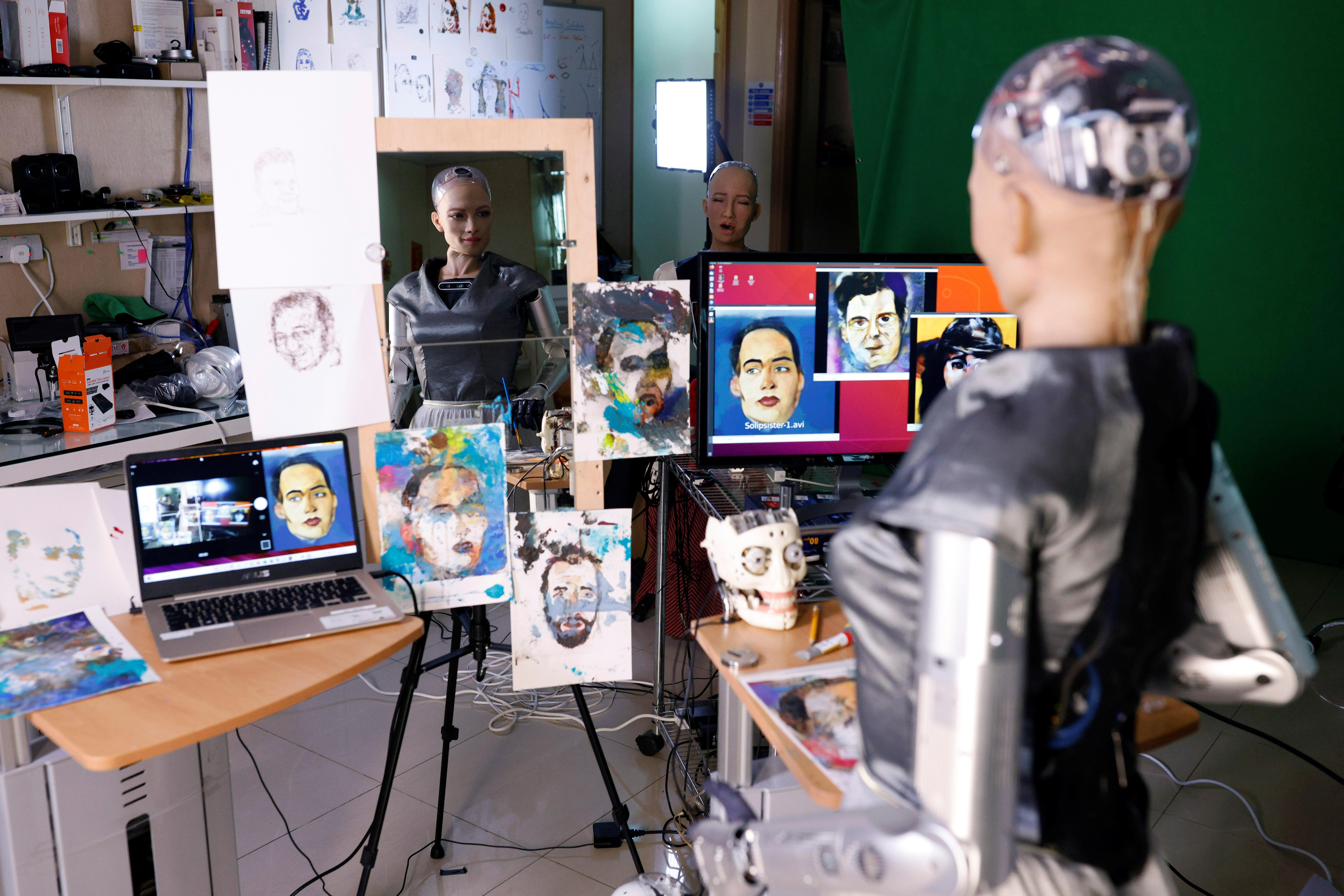 Robot humanoid Sophia membuat lukisan untuk pasar NFT