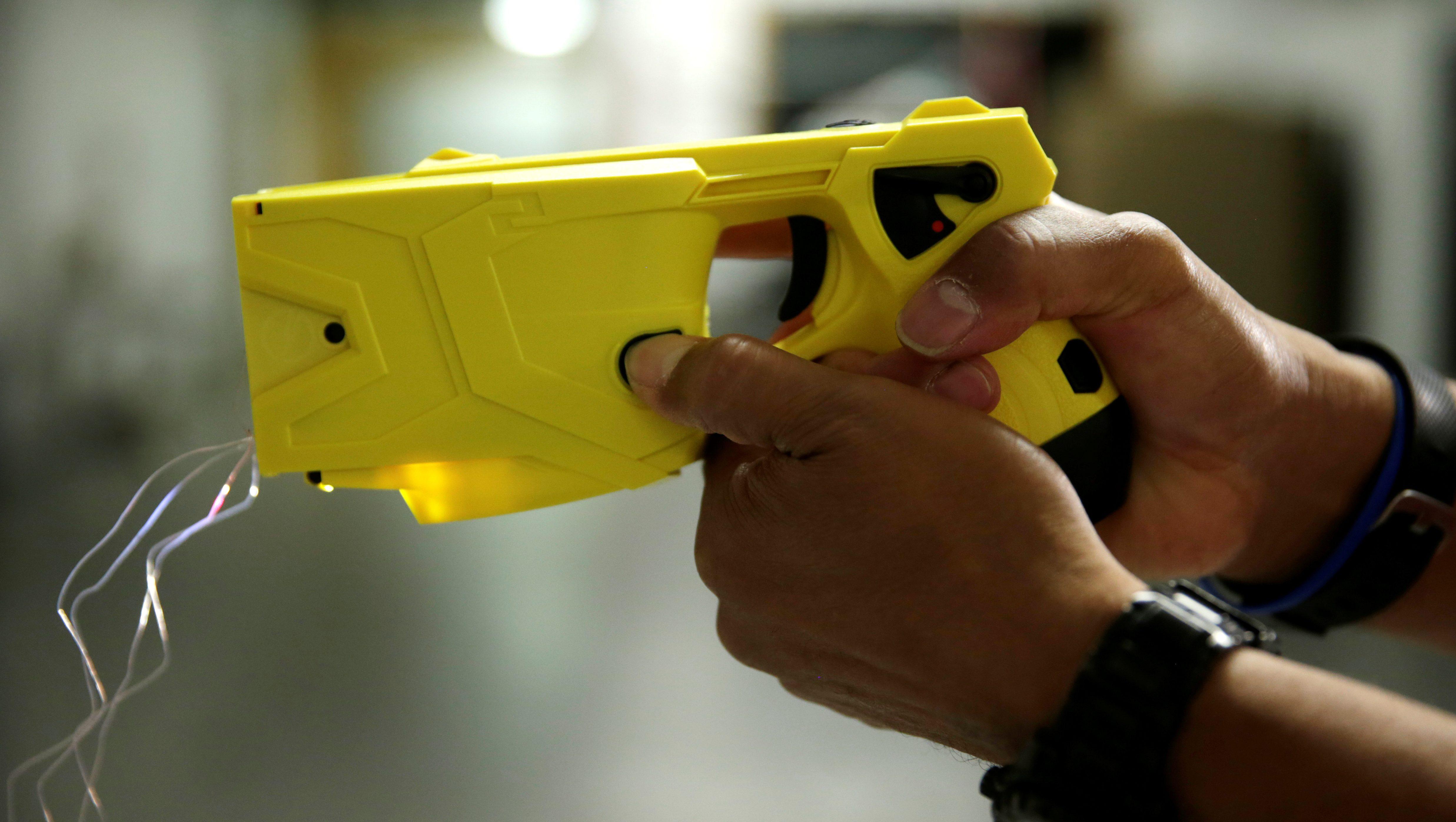 Foto de una pistola Taser amarilla