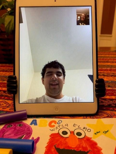 Dylan no iPad da mãe
