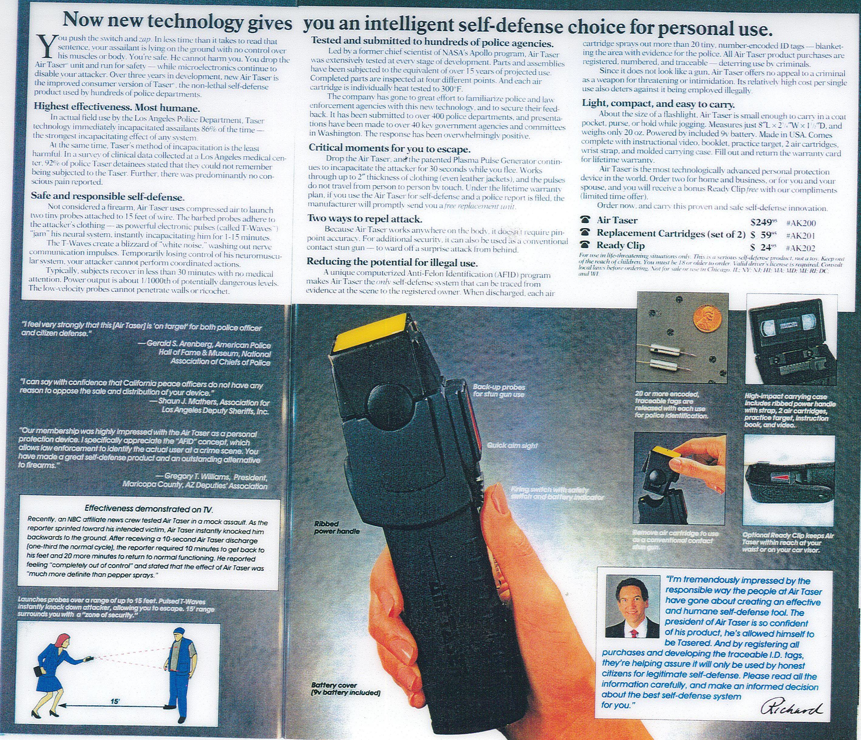 Página de un catálogo de Sharper Image que muestra el modelo Air Taser 34000 que parece una afeitadora eléctrica
