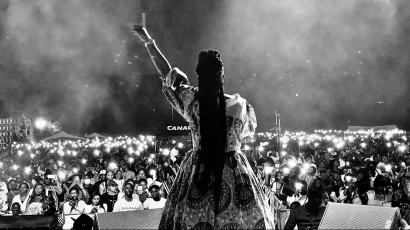 Congolese artiste Dena Mwana in front of a crowd.