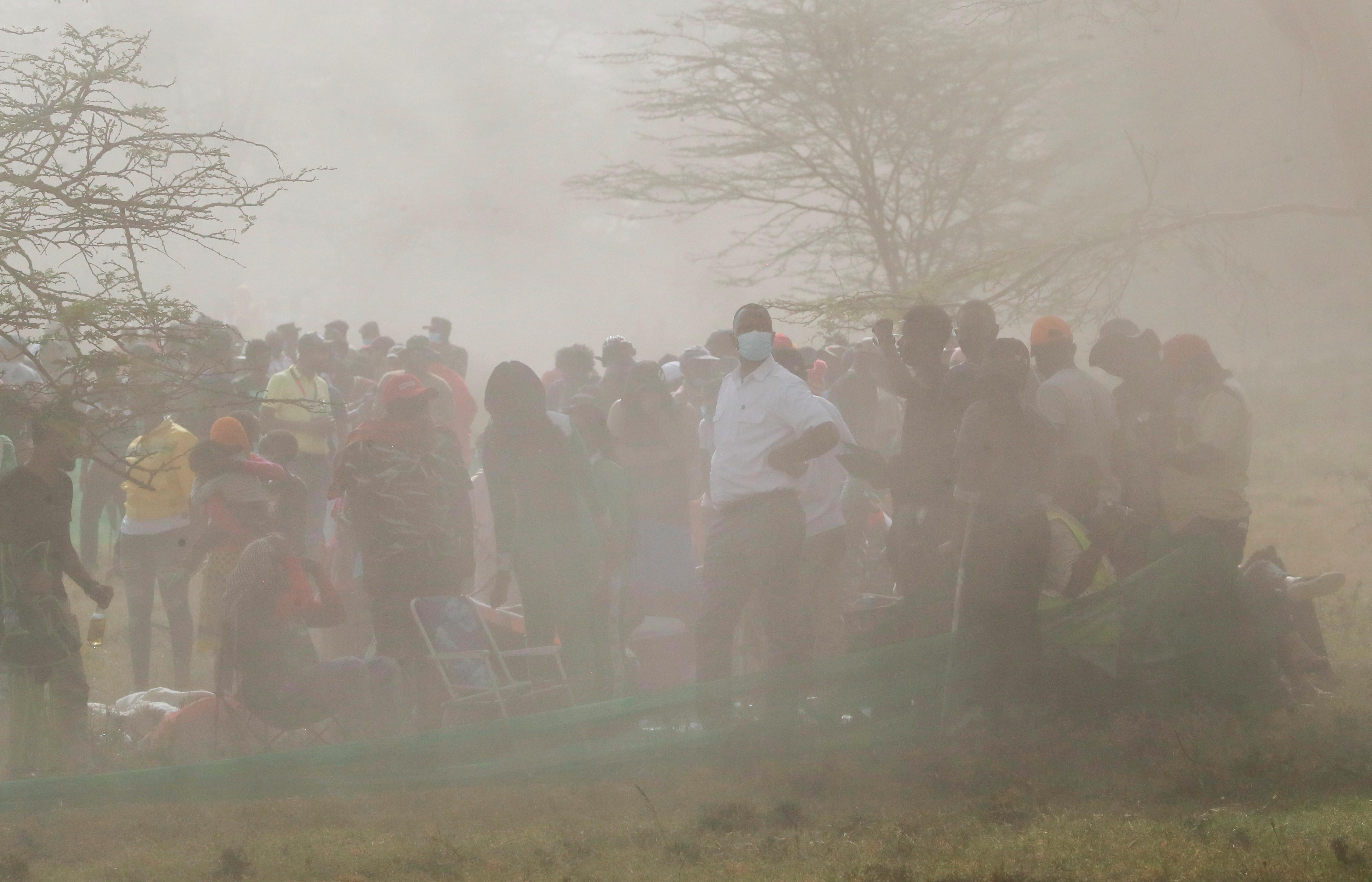 Os espectadores são deixados na poeira.