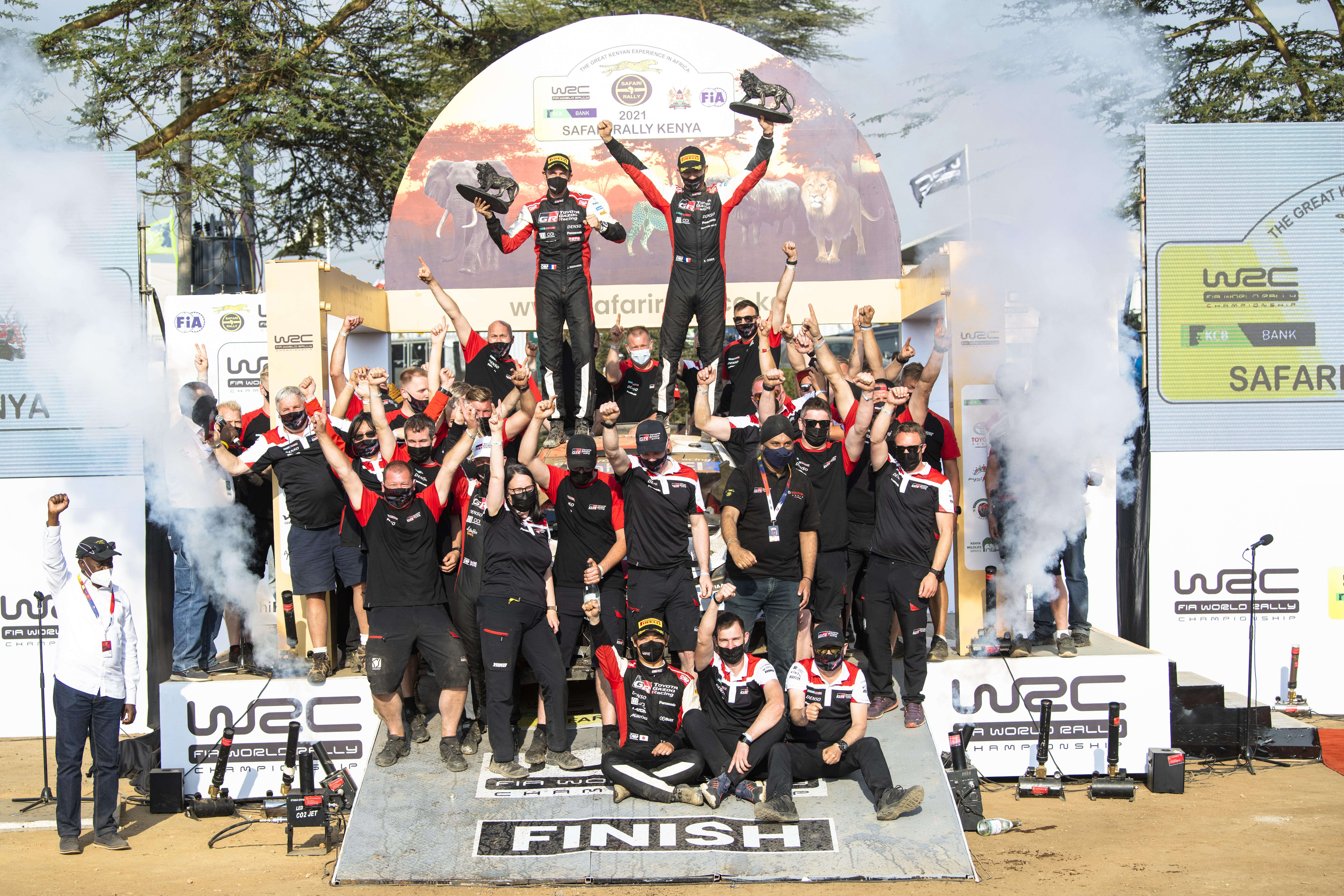 Sébastien Ogier e sua equipe comemoram a vitória no 2021 Safari Rally.