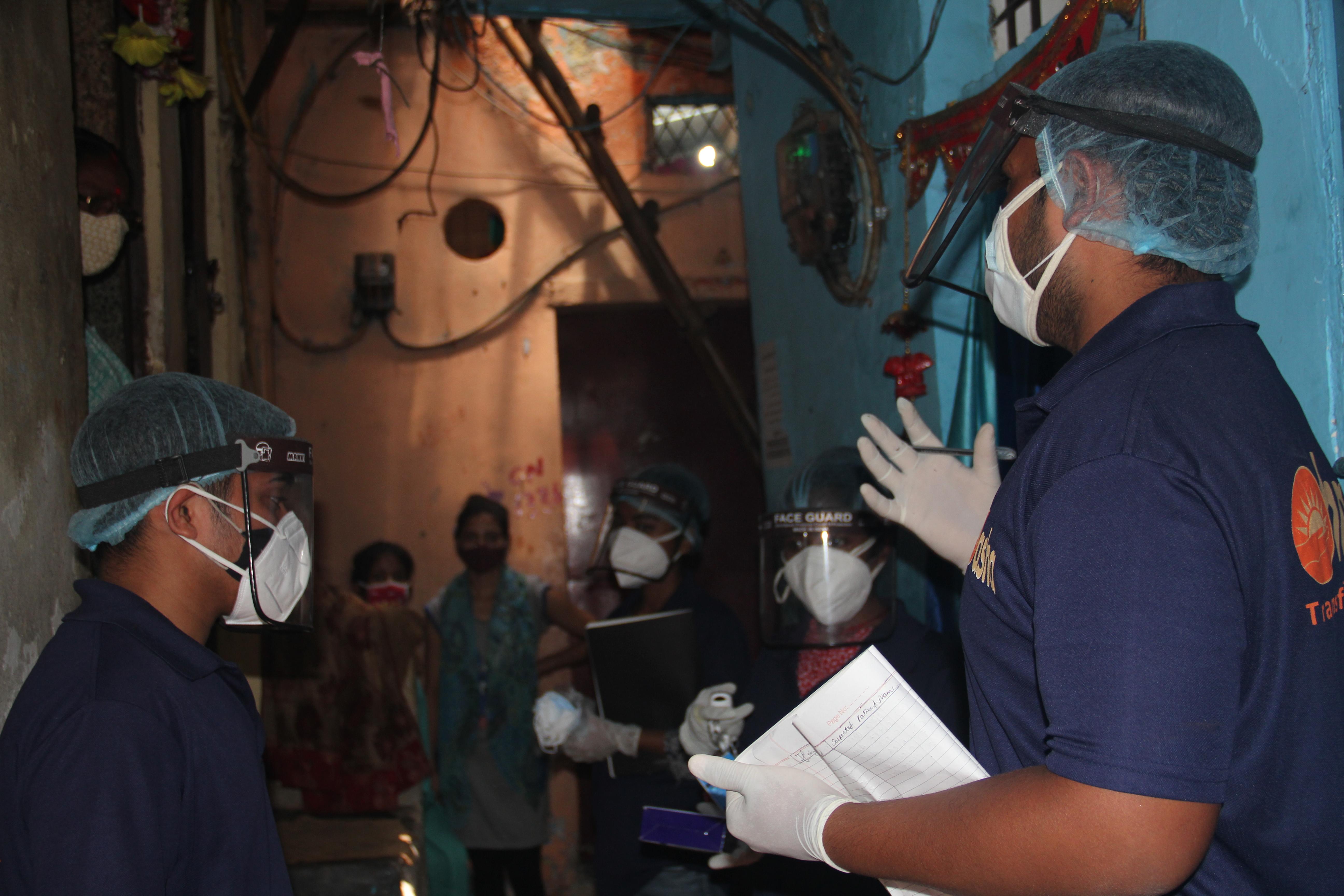 Guerreiros asha encorajam moradores de favelas a se vacinarem