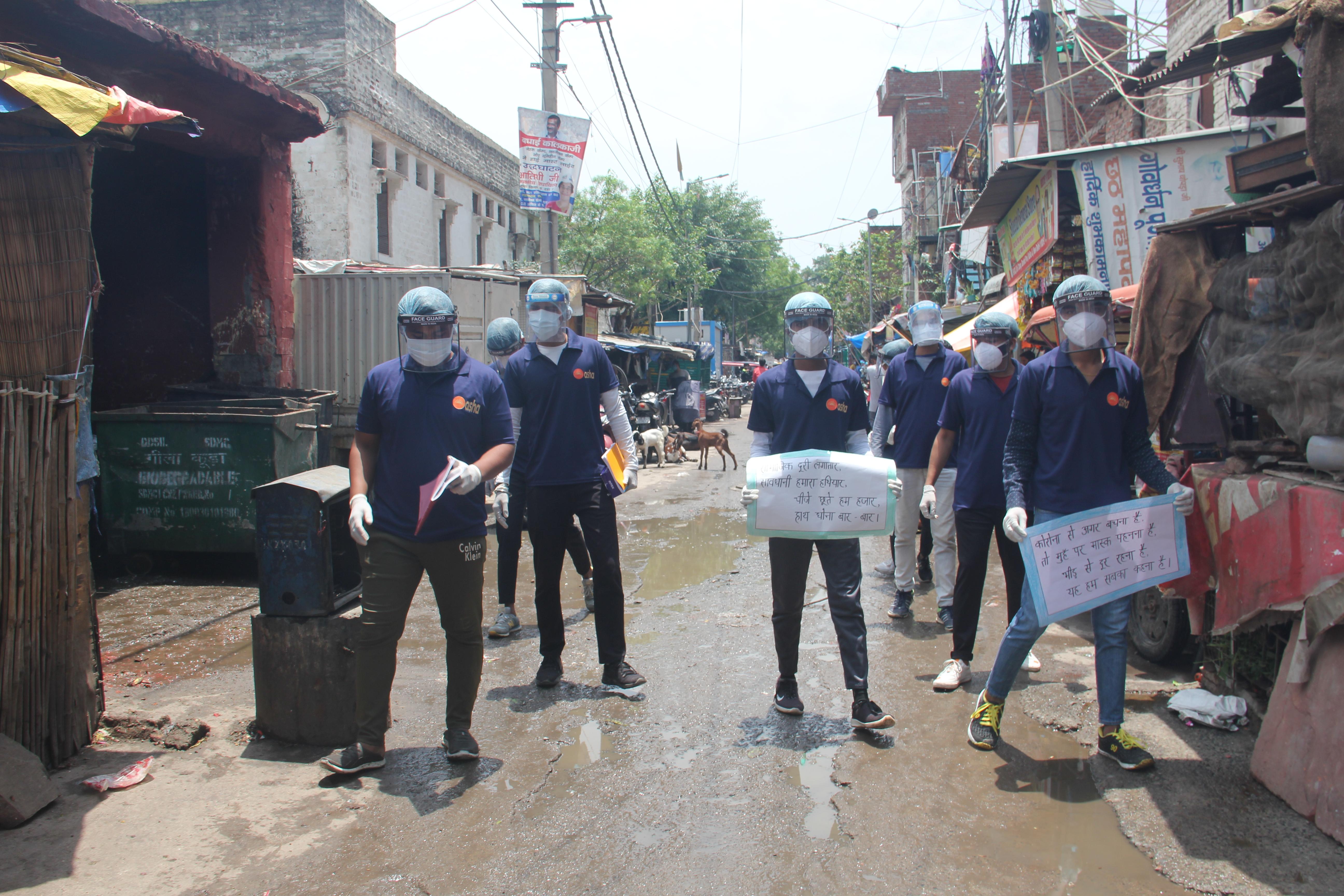 Guerreiros asha com bandeiras em sua comunidade