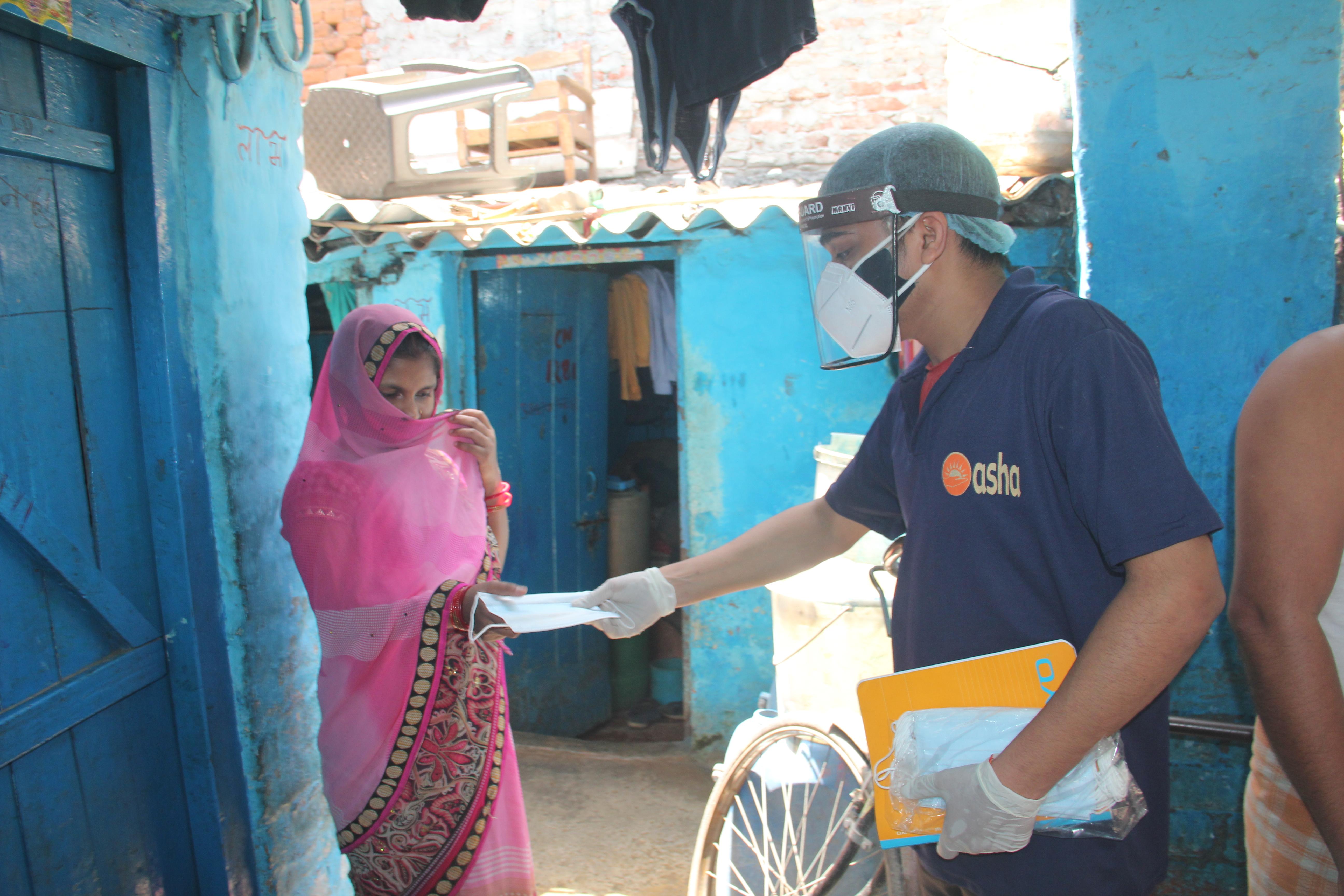 Distribuindo máscaras na comunidade