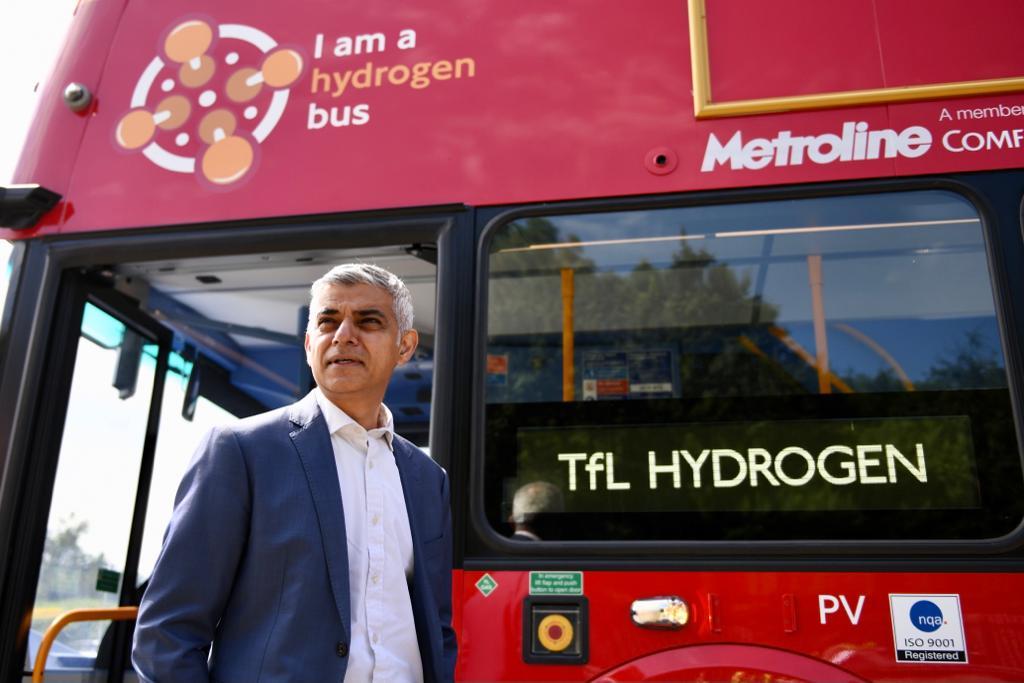 O prefeito de Londres, Sadiq Kahn, em frente a um ônibus com célula de combustível a hidrogênio