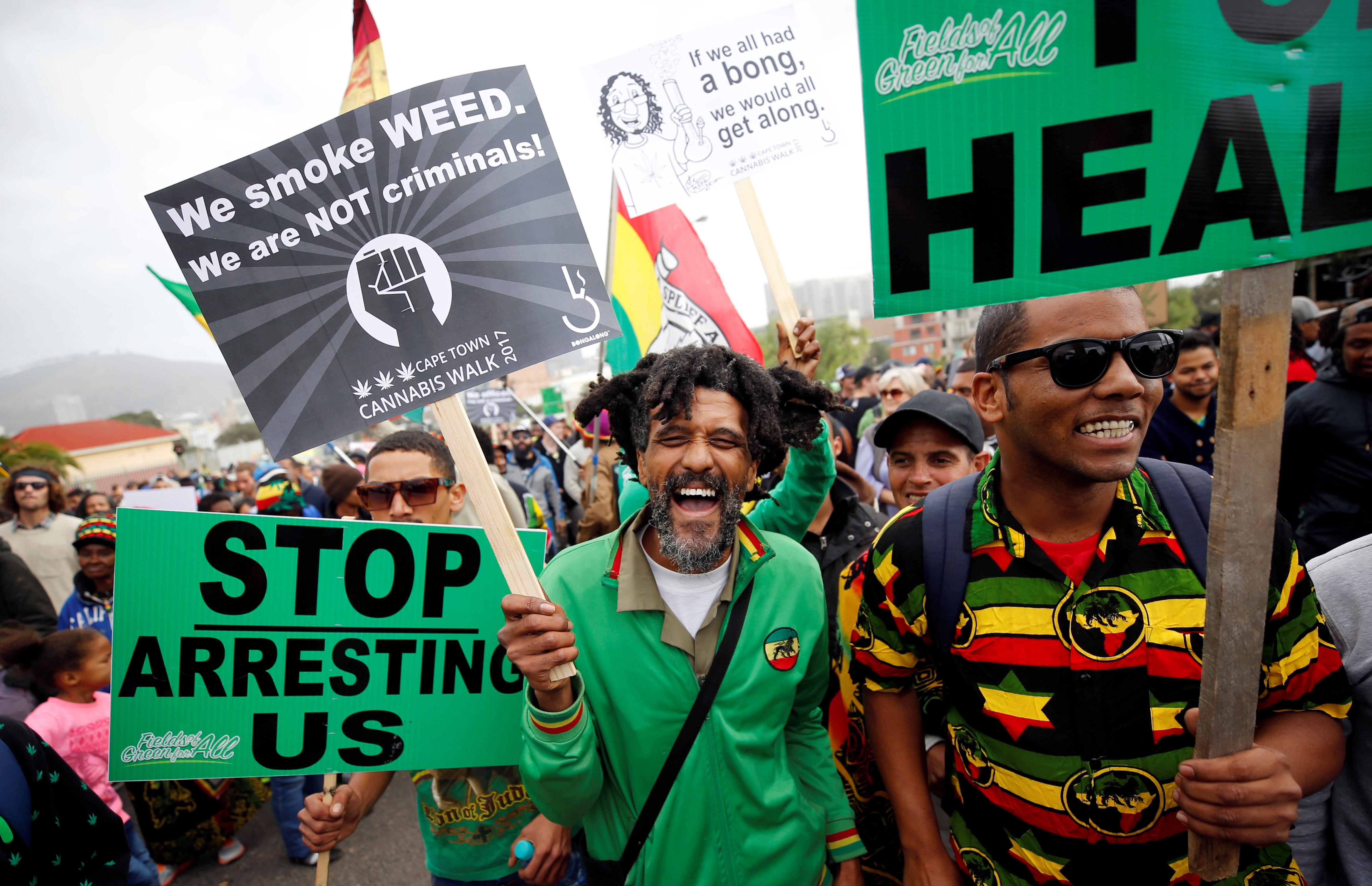 Os manifestantes seguram faixas durante uma marcha de 2017 pedindo a legalização da cannabis na África do Sul.